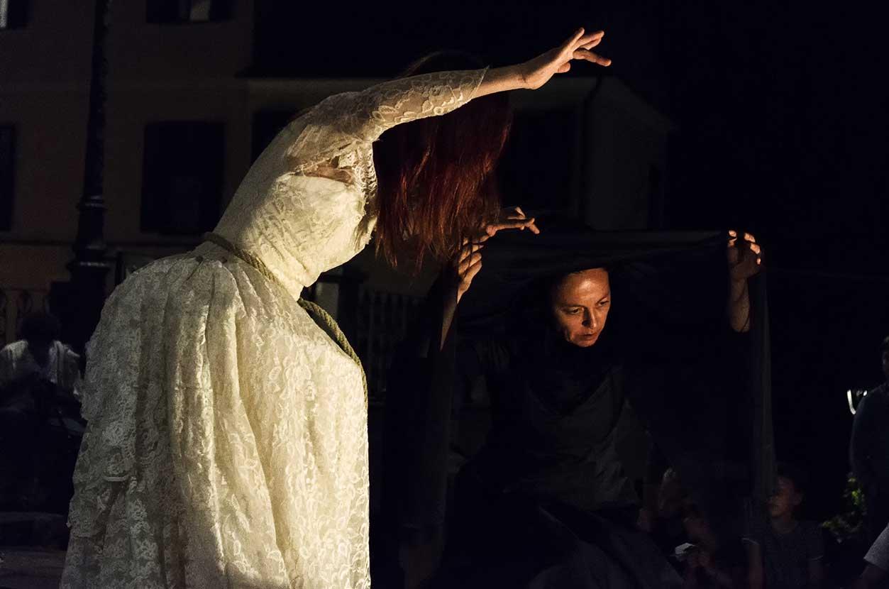 """Un momento dello spettacolo """"The Ravishing Ballad"""" della compagnia Kublakan"""